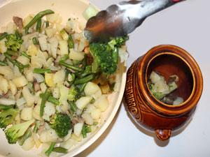Куриные сердечки в горшочке. Переложить смесь из овощей в горшочек.