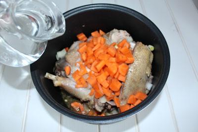 Домашняя курица в мультиварке. Добавить воды. Выставляем программу 30 минут на тушении, а потом 30 минут на выпечки. После данной программы курица получается мягкая, вкусная и аппетитная.