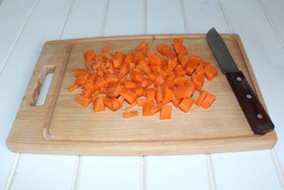 Домашняя курица в мультиварке. Морковь мелко нарезать.